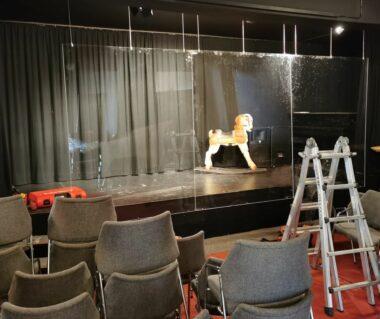 Bühne mit Amalthea-Ziege und Plexiglasscheiben